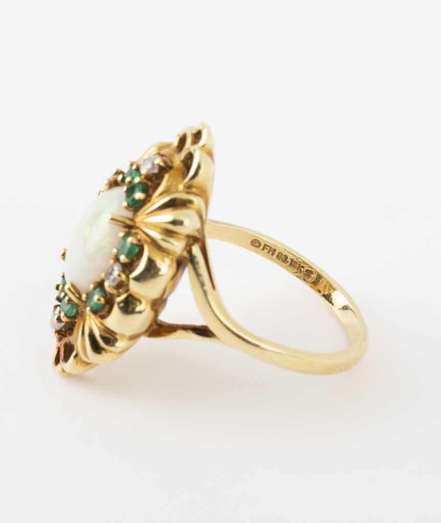 Bague opale et émeraudes détail