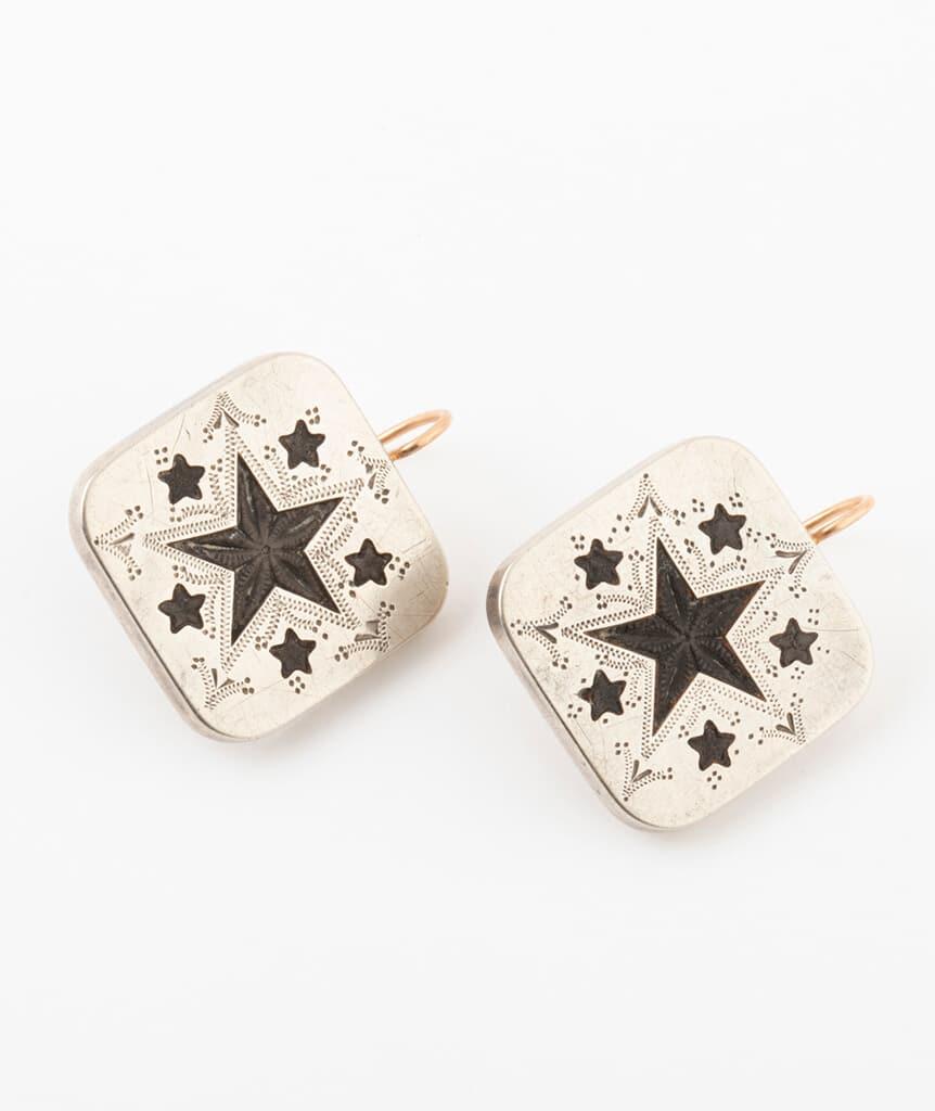 Boucles d'oreilles boutons de col détail