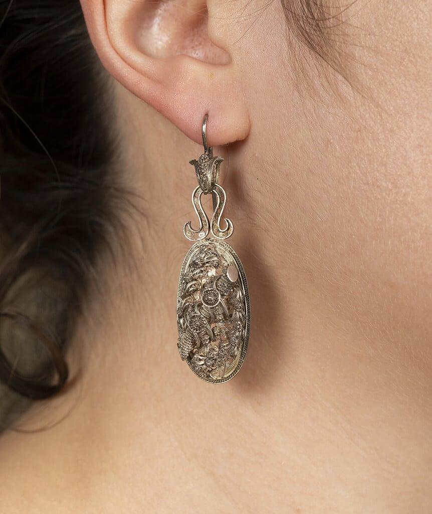 Boucles d'oreilles en filigrane d'argent porter