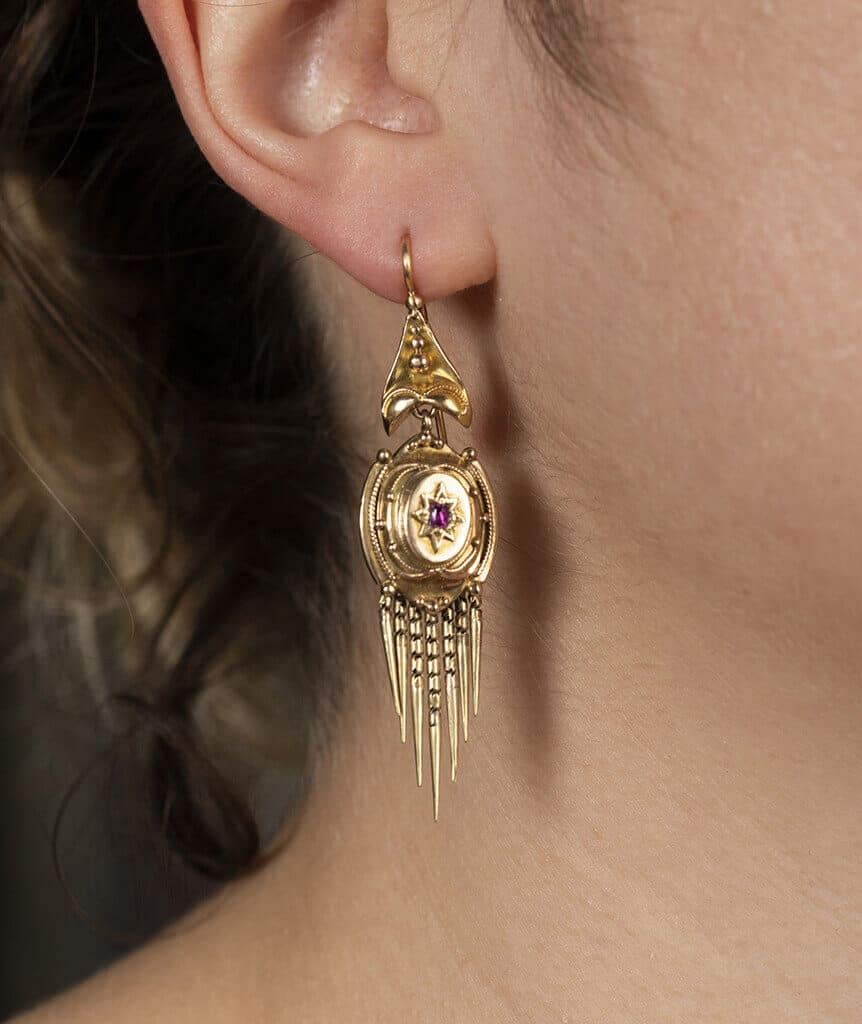 Boucles d'oreilles Napoléon III avec rubis porter