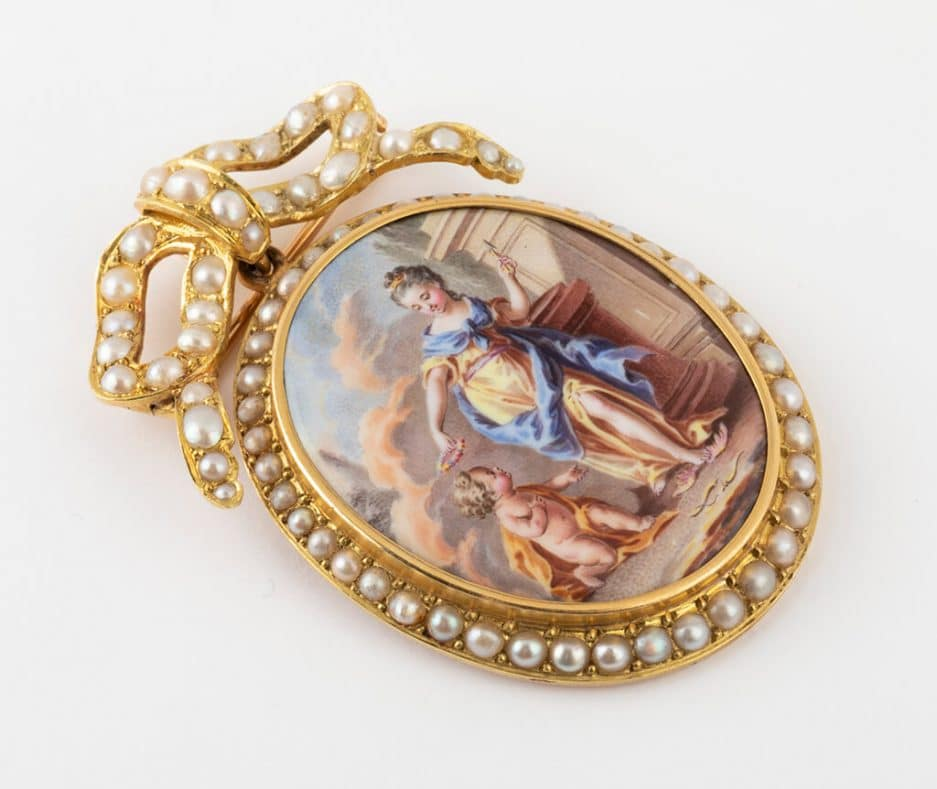 Broche pendentif émail et perles gros plan