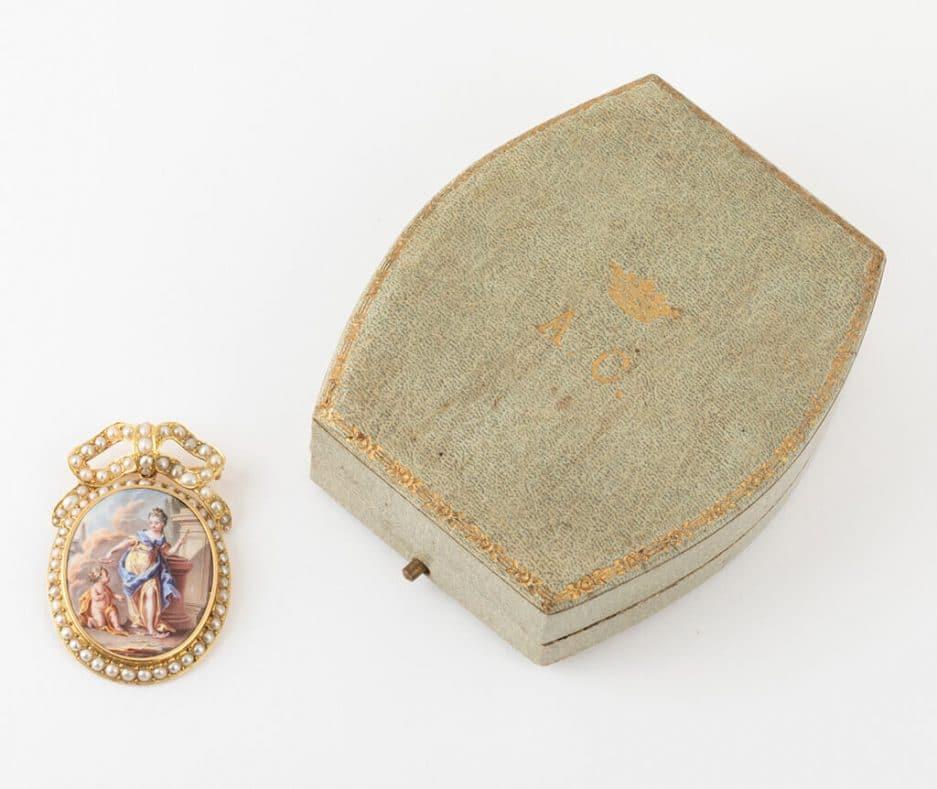 Broche pendentif émail et perles avec son écrin