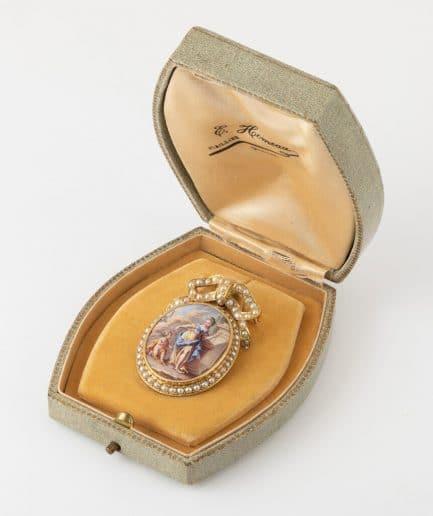 Broche pendentif émail et perles dans sa boîte