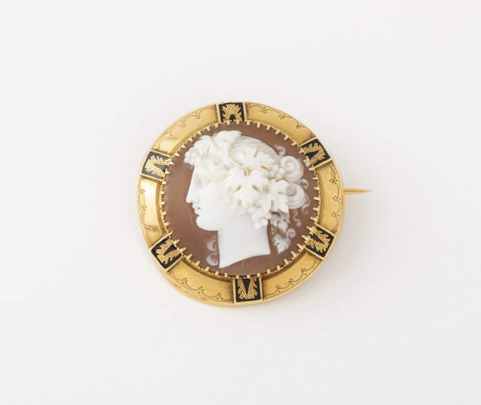Broche camée coquillage