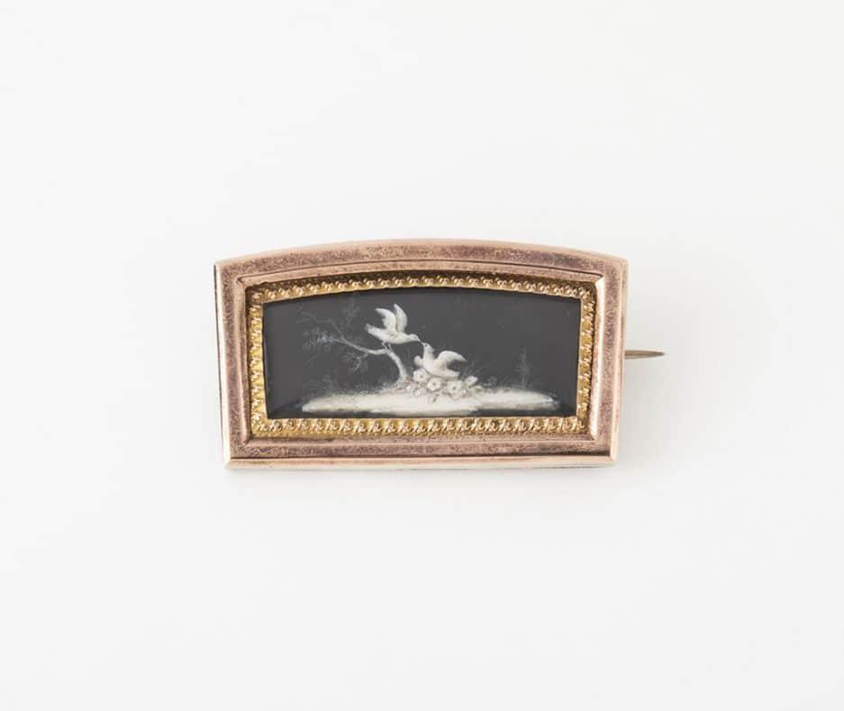 Broche miniature en grisaille