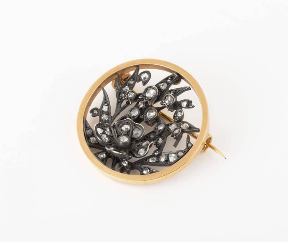 Broche ronde florale avec diamants gros plan