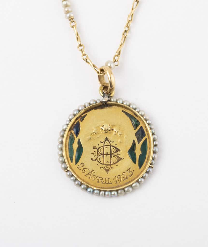 Collier et médaille Art nouveau détail dos