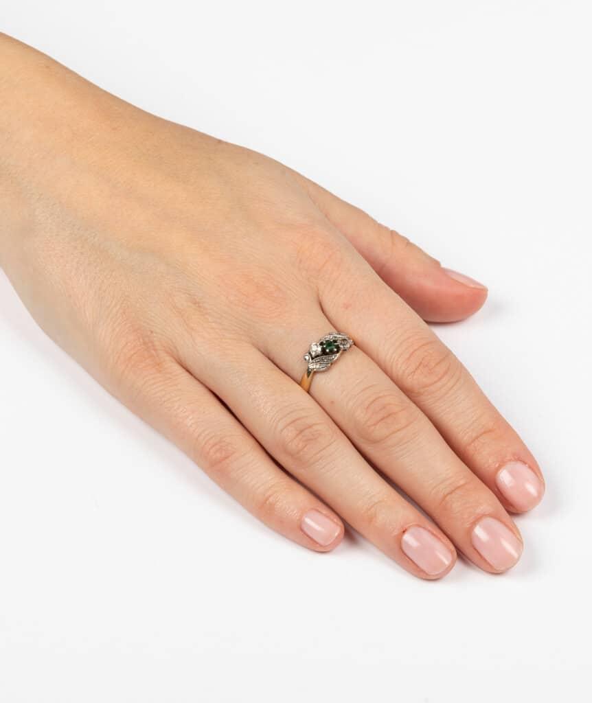 Bague ancienne motif végétal diamants et émeraudes porter