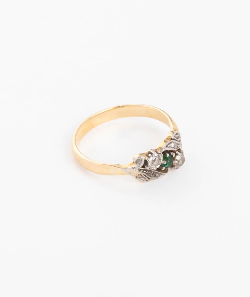 Bague ancienne motif végétal diamants et émeraudes côté droit