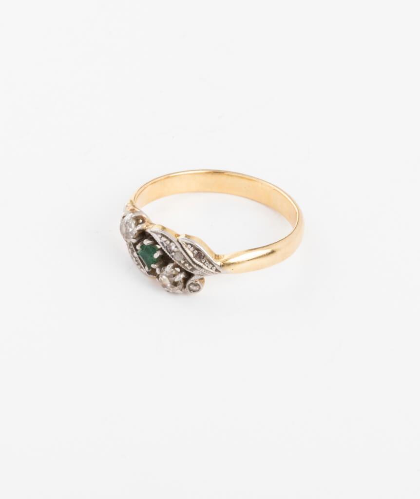 Bague ancienne motif végétal diamants et émeraudes côté gauche