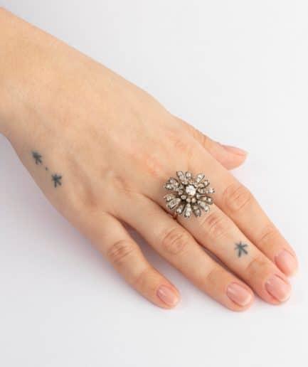 CAILLOU PARIS - bague fleurs diamants porter 2
