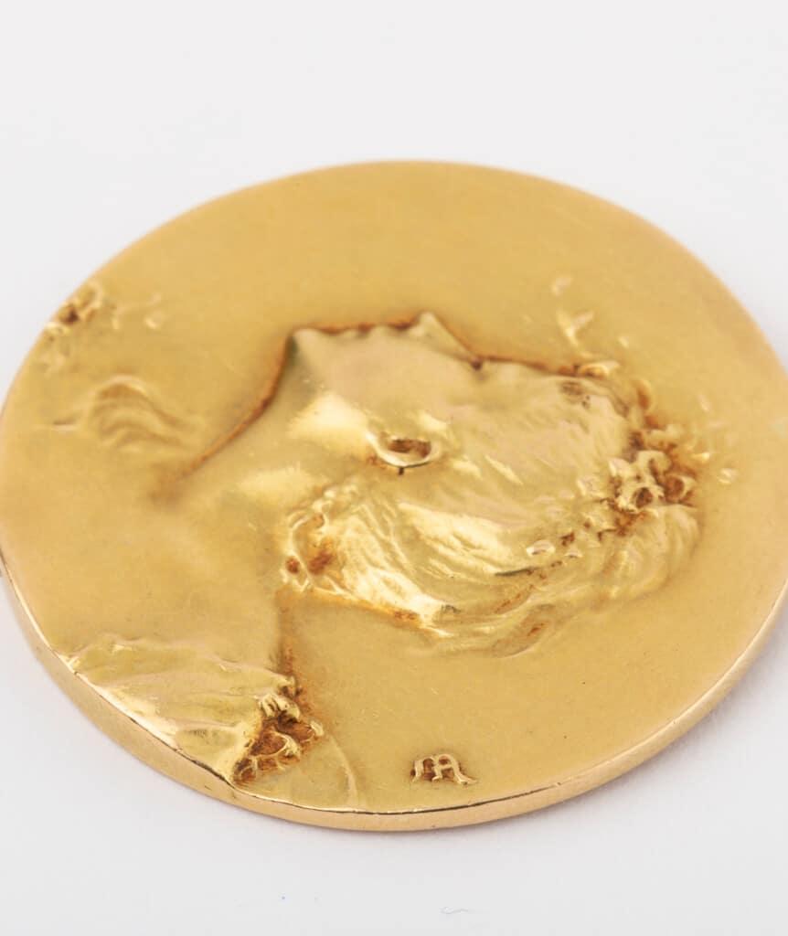 CAILLOU PARIS - médaille Art nouveau femme gros plan