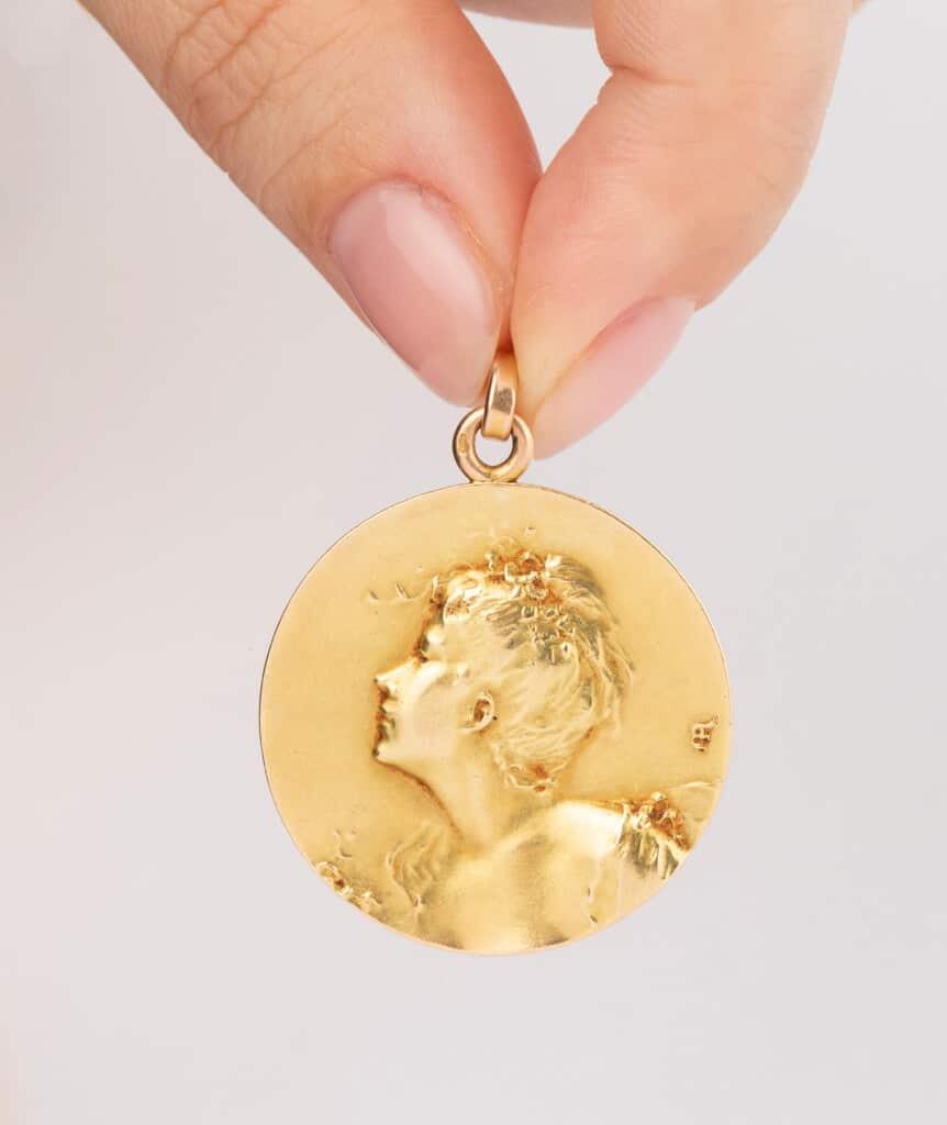 CAILLOU PARIS - médaille Art nouveau femme porter