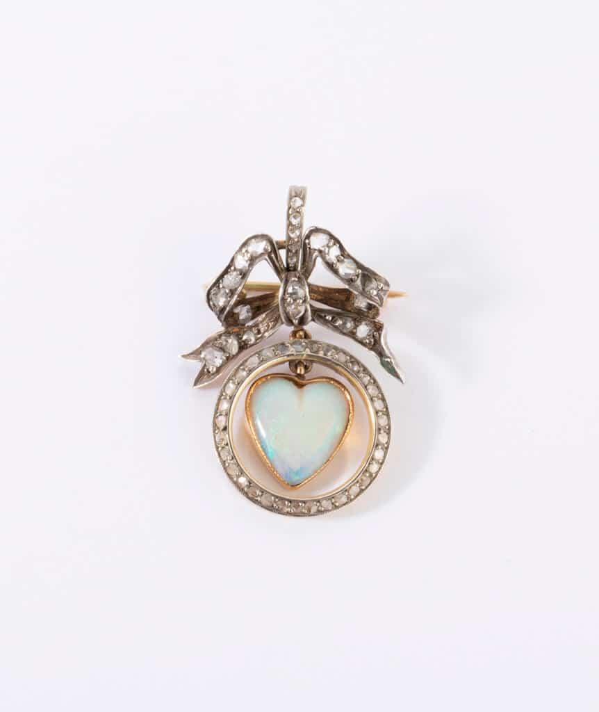 Broche opale coeur