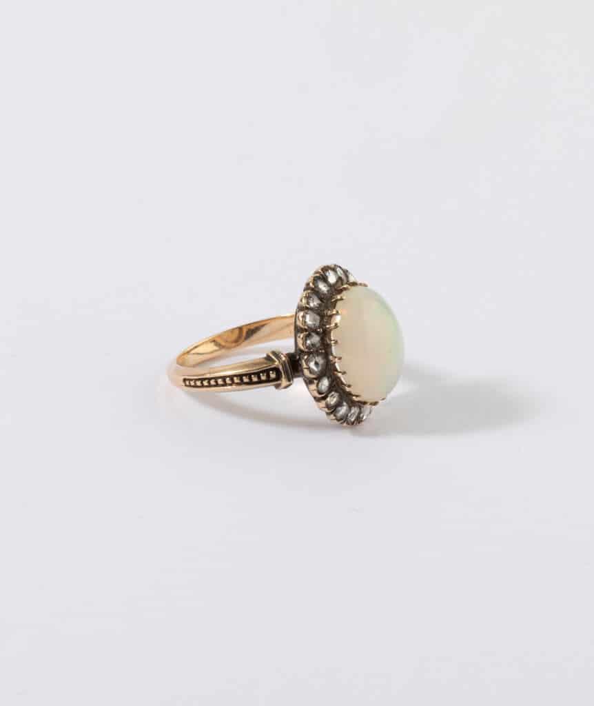 Bague ancienne opale et diamants profil
