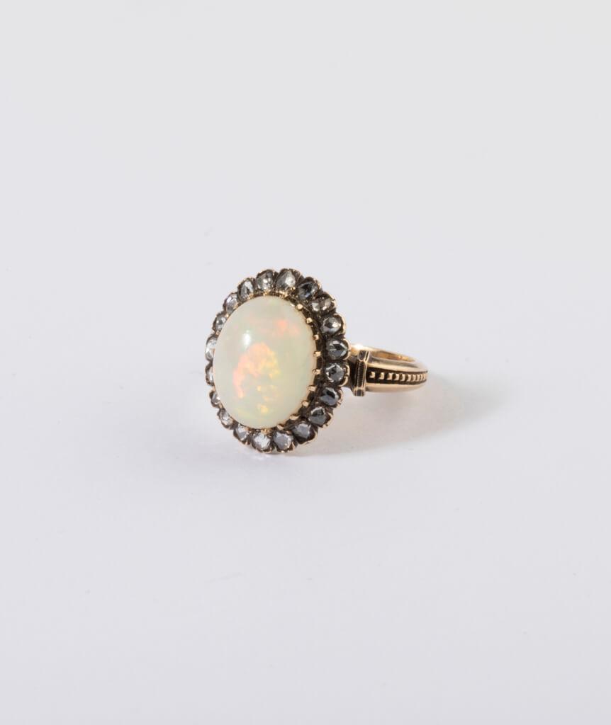 Bague ancienne opale et diamants côté