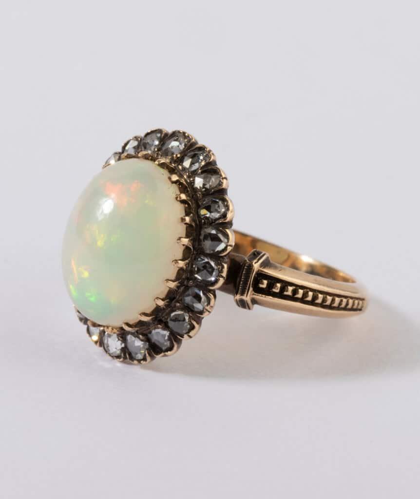 Bague ancienne opale et diamants gros plan face côté