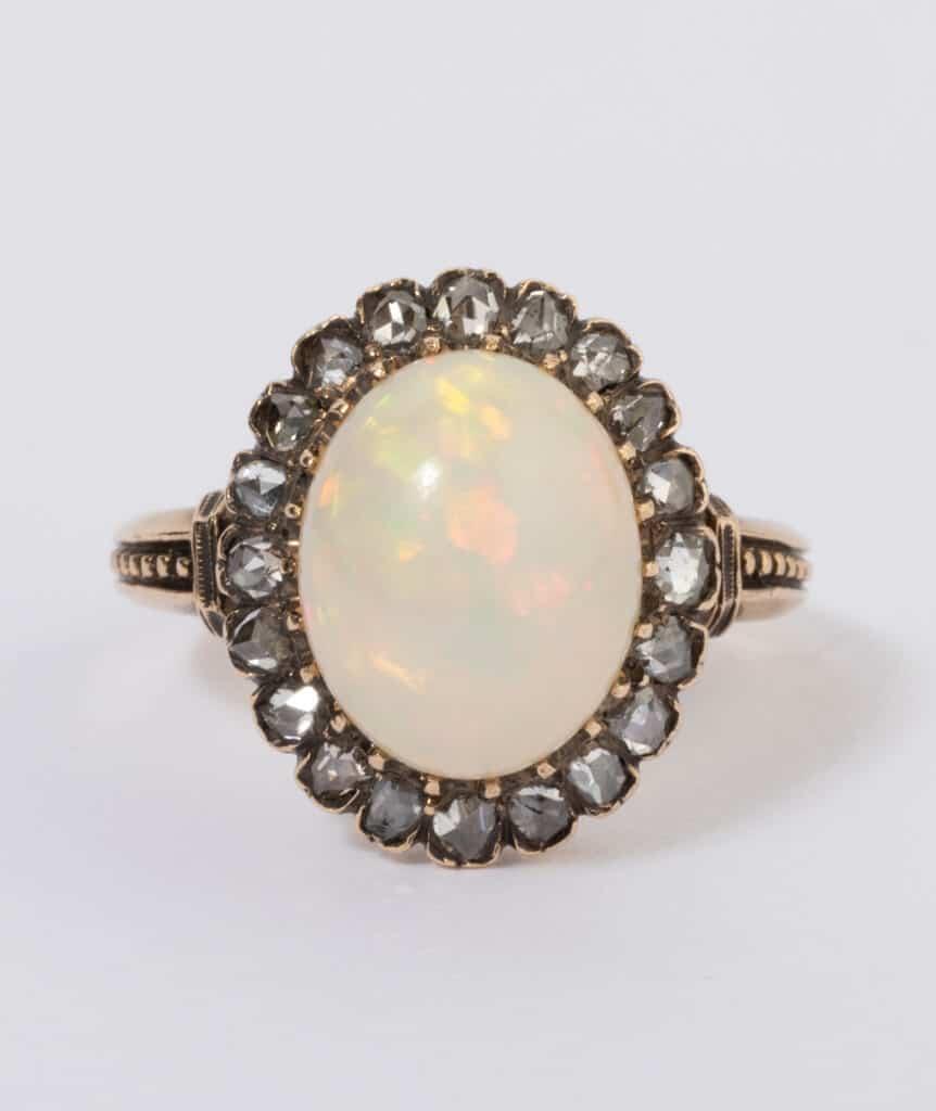 Bague ancienne opale et diamants gros plan face