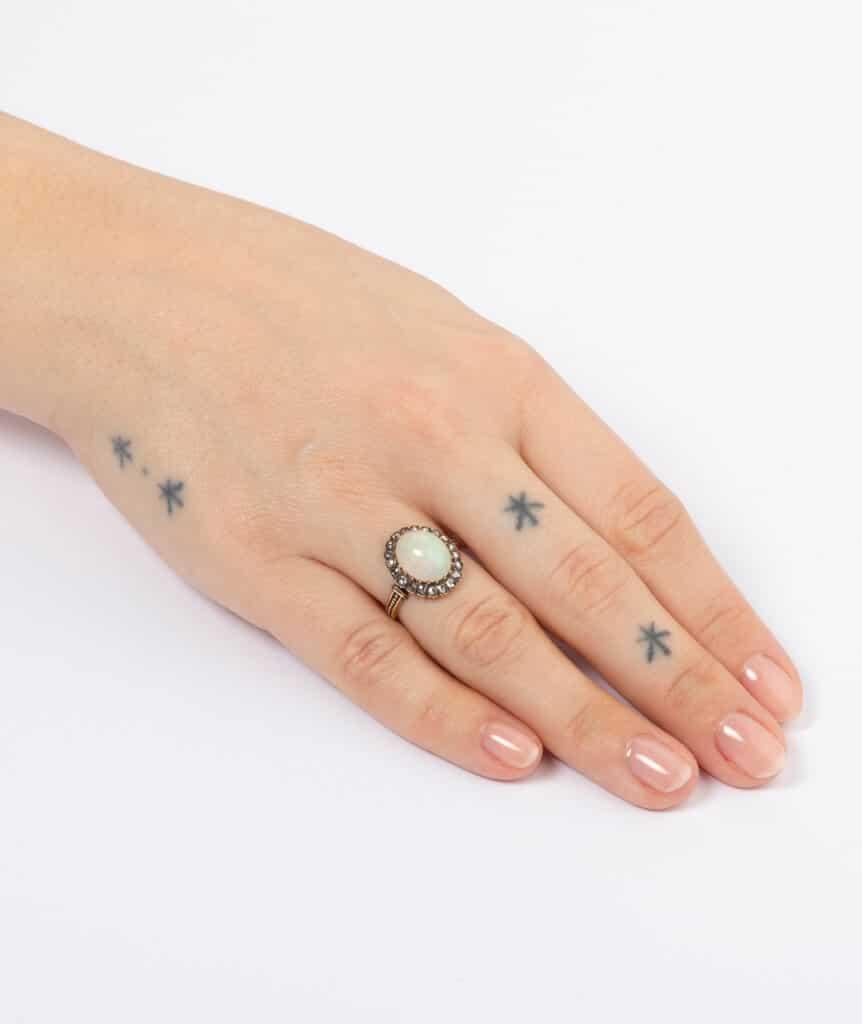 Bague ancienne opale et diamants porter