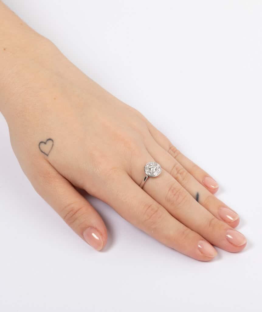 Bague platine et diamants porter