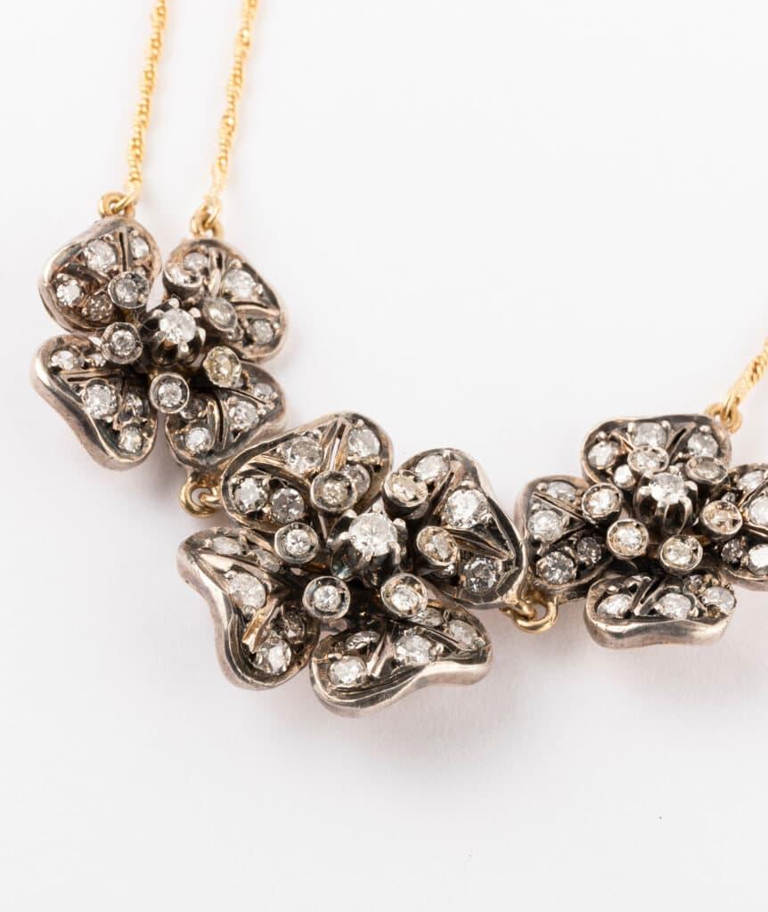 CAILLOU PARIS - Collier fleurs diamants gros plan