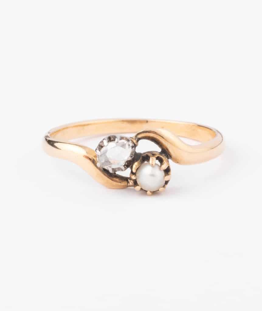 "Bague toi et moi diamant et perle ""Badira"" gros plan"