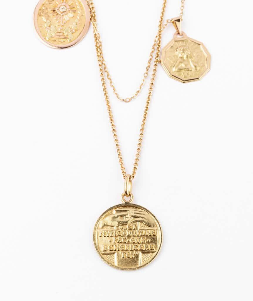 Caillou Paris - Collier ancien médailles Calligena detail 1