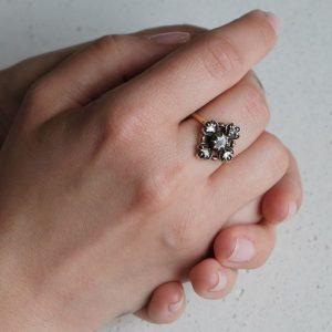 Porter une bague au majeur - Bague ancienne diamants or et argent