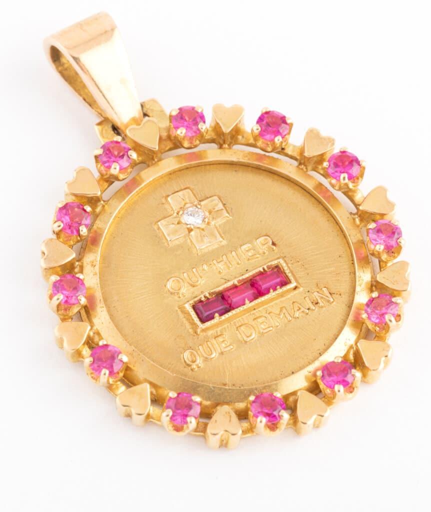 """Médaille """"plus qu'hier et moins que demain"""" detail"""