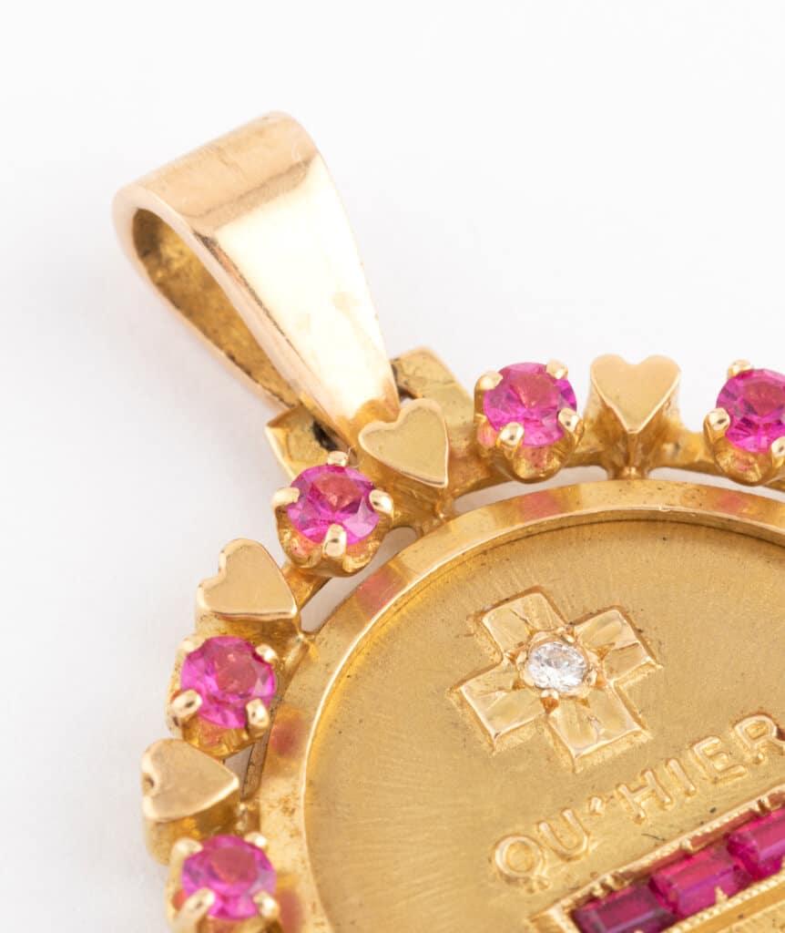 """Médaille """"plus qu'hier et moins que demain"""" gros plan 1"""